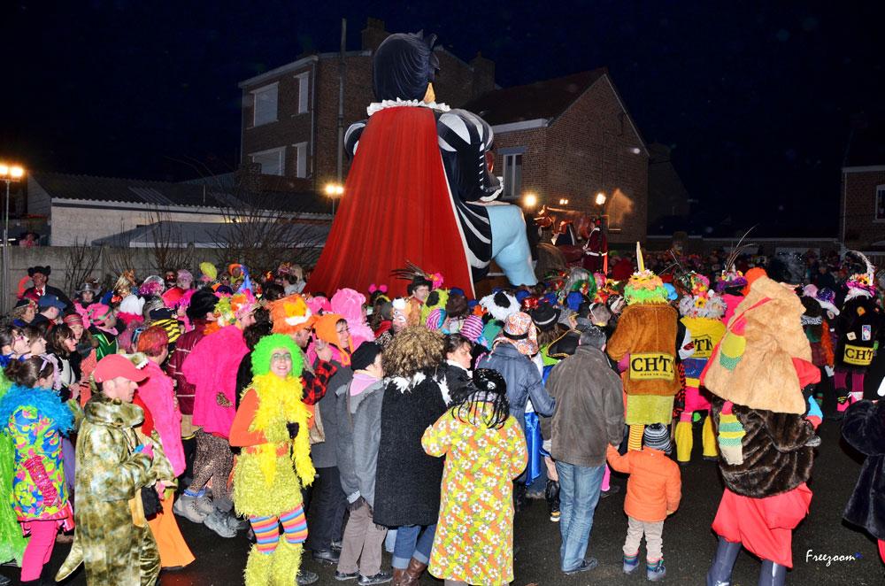 Vendredi soir – Sortie du Géant Gargantua – La foule accompagne la sortie Géant Gargantua